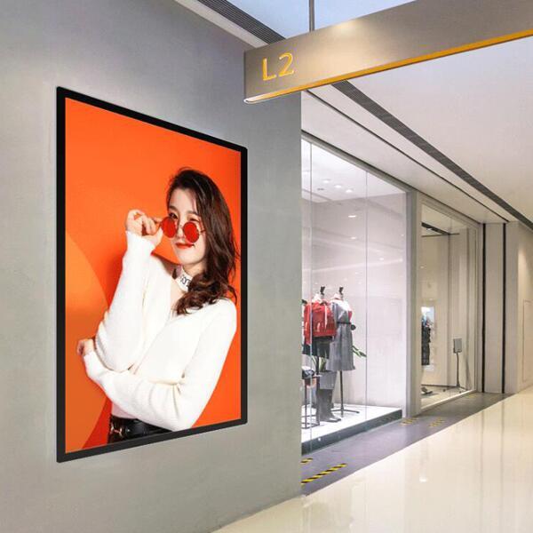 服装店里壁挂式液晶广告机