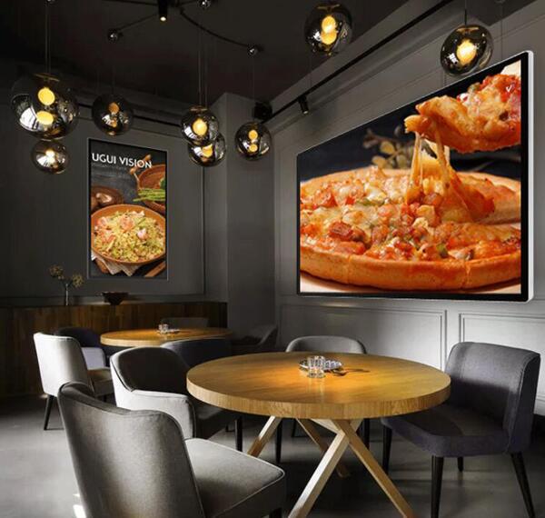 餐厅里的壁挂式液晶广告机