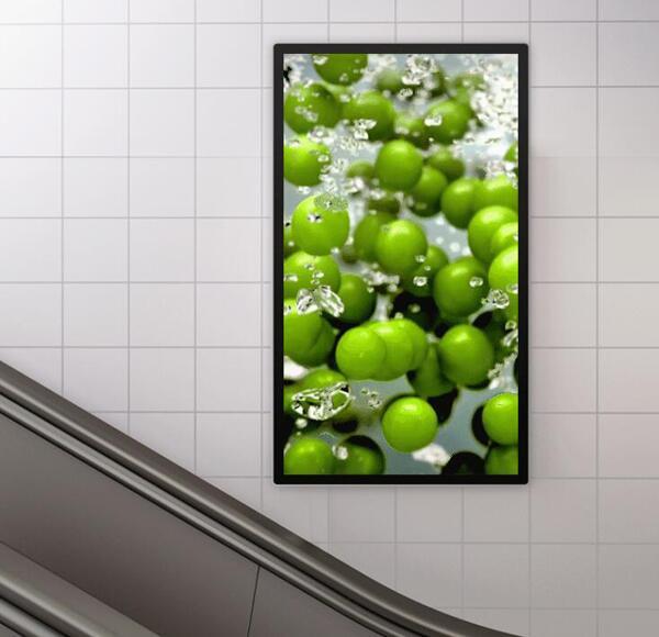 商超里的壁挂式高清液晶广告机
