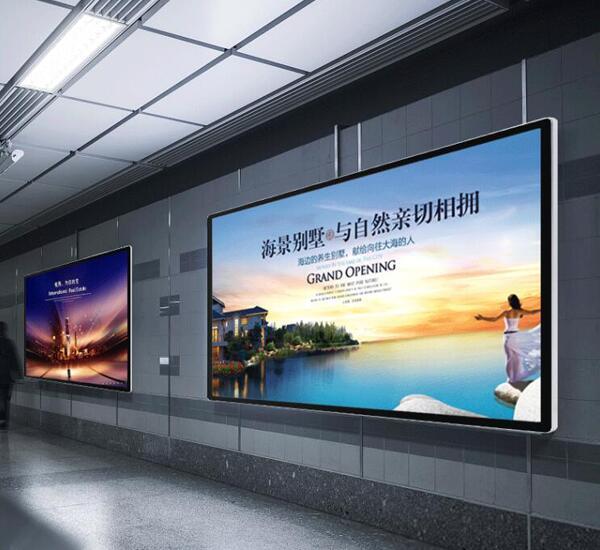 地铁站里的壁挂式液晶广告机