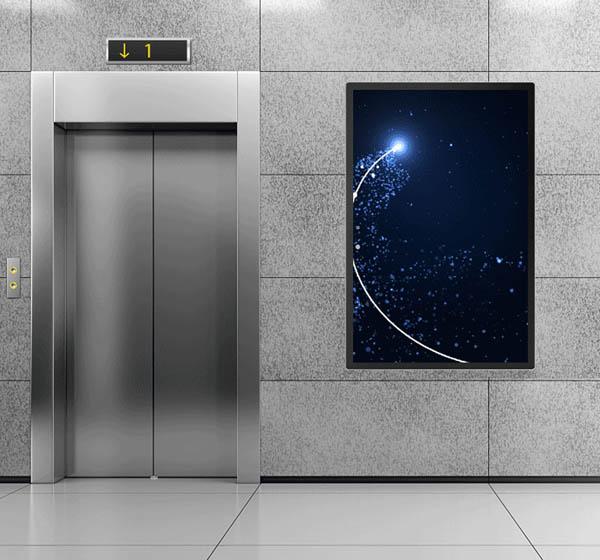 电梯旁的壁挂式高清液晶广告机